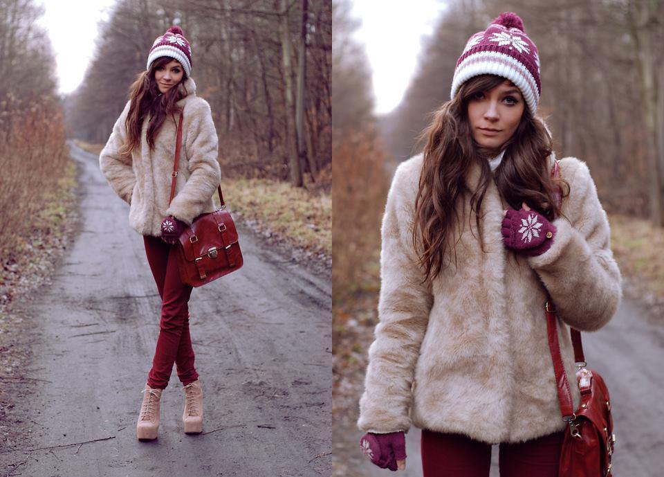 Девушка в шубке и бордовых джинсах