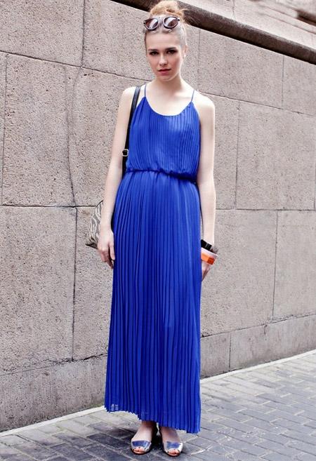 Девушка в синем длинном сарафане