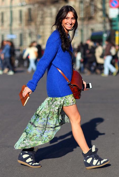 Девушка в синем джемпере и сникерсах