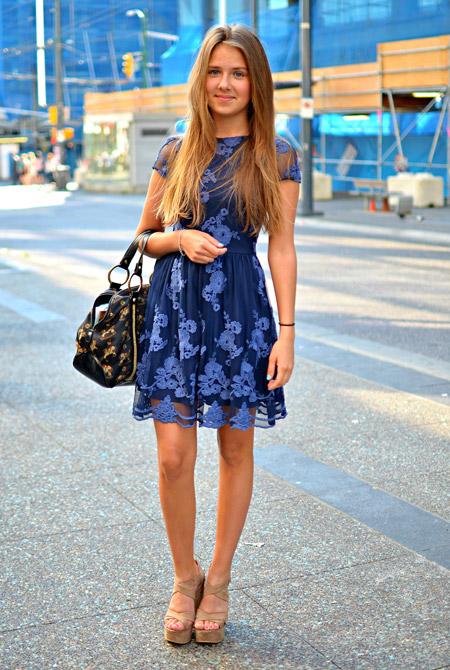 Девушка в синем кружевном платье и бежевых босоножках на платформе