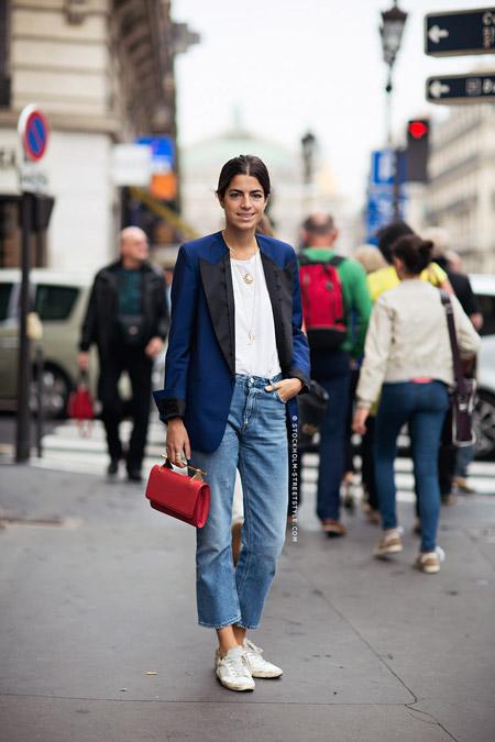 Девушка в синем жакете с красной сумкой