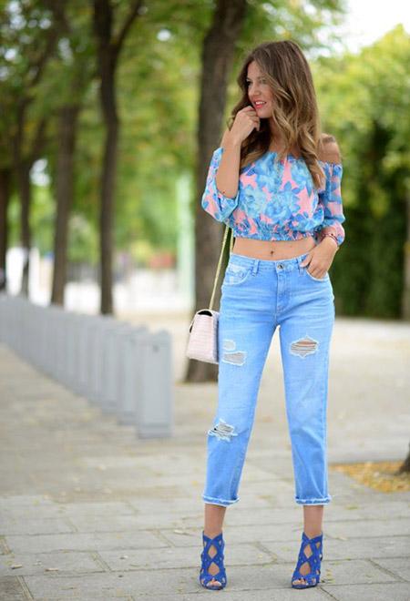 Девушка в синих босоножках и джинсах