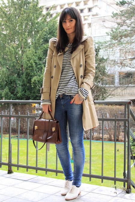 Девушка в синих джинсах и белых брогах