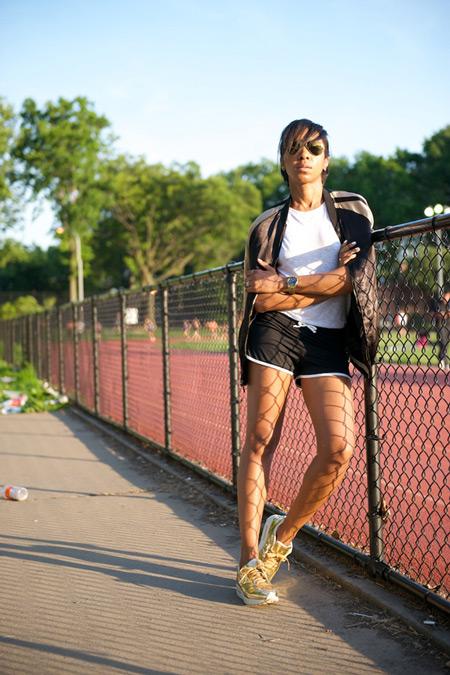 Девушка в спортивных шортах, белой футболке, светлые кроссовки