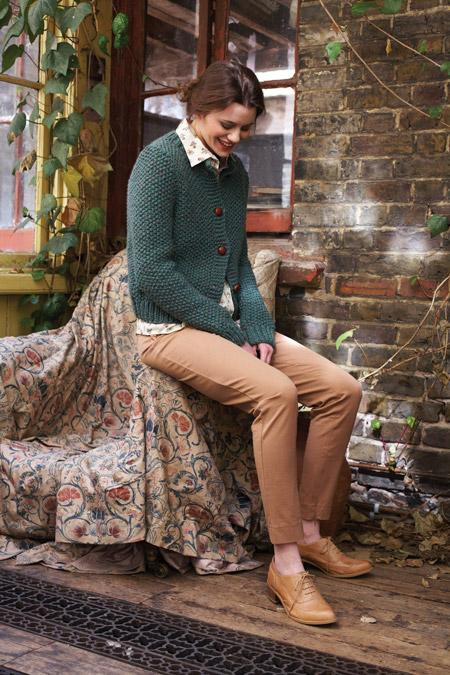 Девушка в светло-коричневых брюках и коричневых брогах