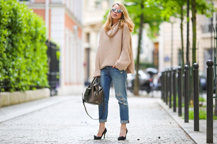 Девушка в светлом свитере и укороченных джинсах