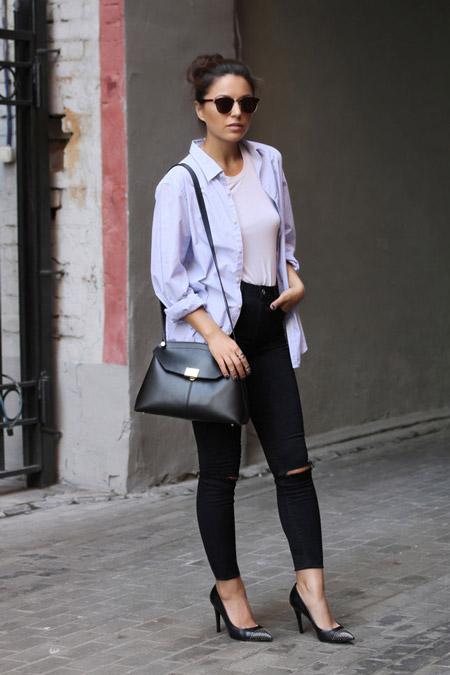 Девушка в свободной рубашке и черных лодочках