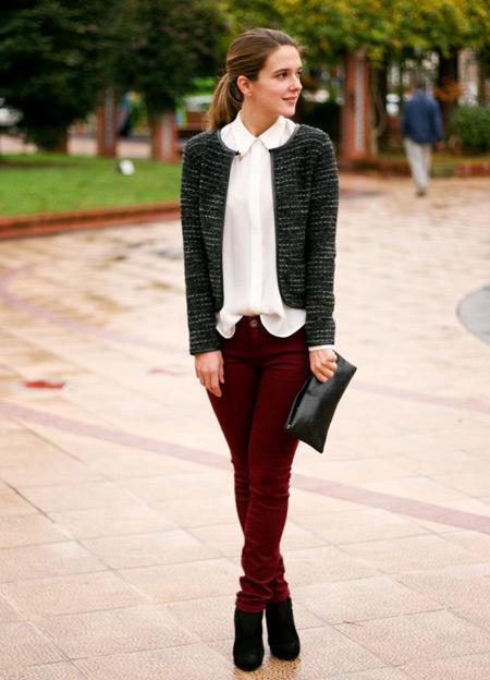 Девушка в темно-сером жакете и бордовых джинсах