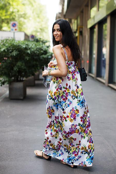 Девушка в цветочном сарафане в пол