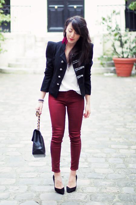 Девушка в туфлях и бордовых джинсах
