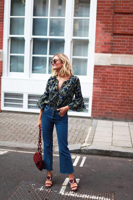 Девушка в укороченных джинсах клеш