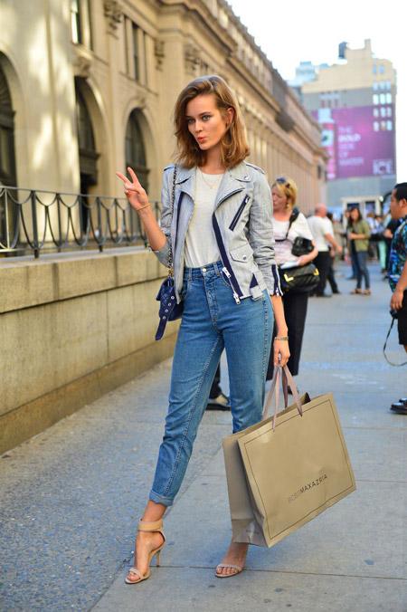 Девушка в укороченных джинсах с высокой талией