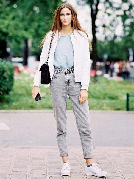 Девушка в вареных серых джинсах