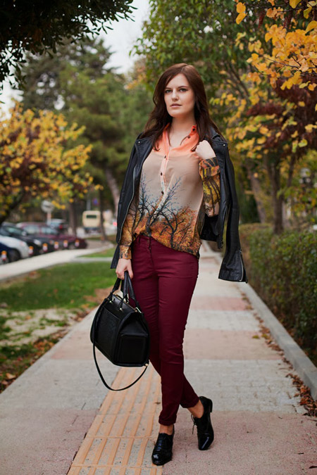 Девушка в винных джинсах и брогах