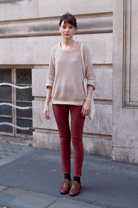 Девушка в винных джинсах и коричневых брогах