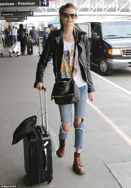 Девушка в высоких ботинках и укороченных джинсах