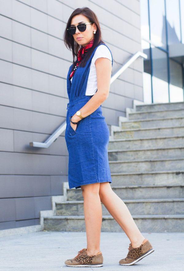 Девушка в ярко синем сарафане из джинсы