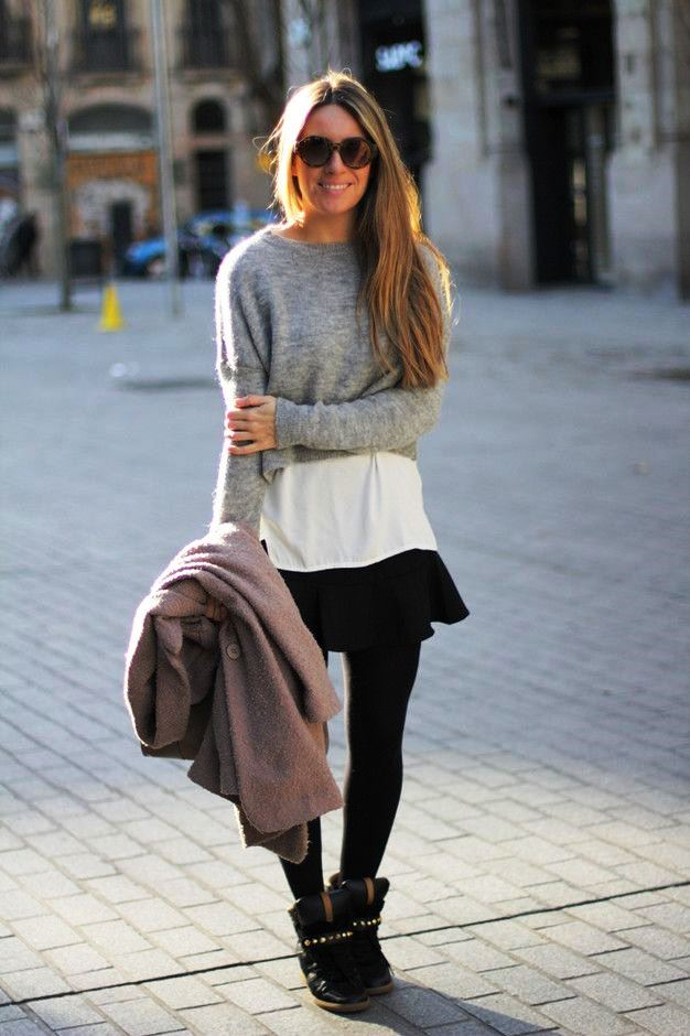 Девушка в юбке и сникерсах