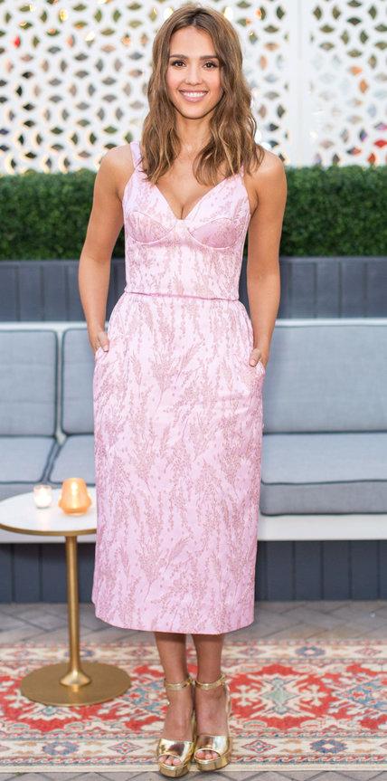 Джессика Альба в нежном розовом платье