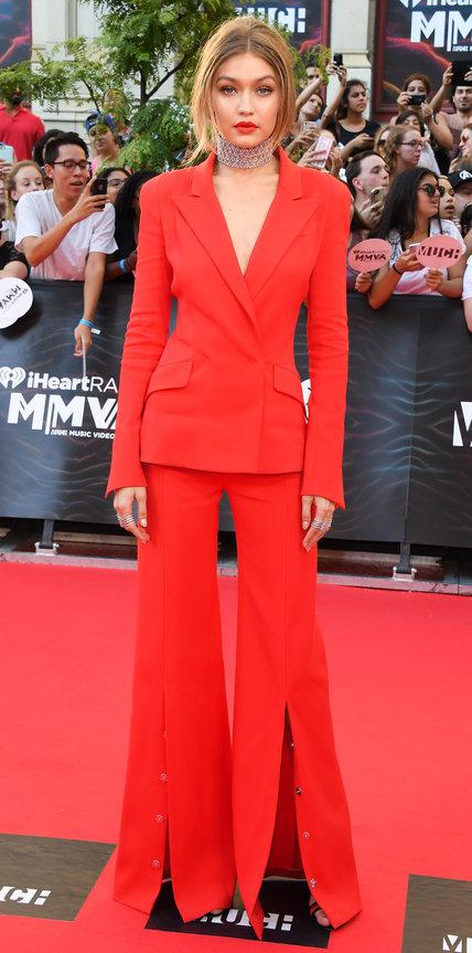 Джиджи Хадид в огненном костюме