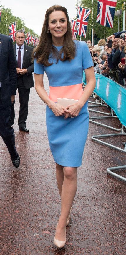 Кэтрин Миддлтон в сине коралловом платье футляр