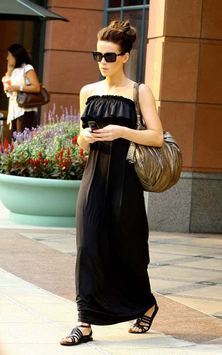 Кейт Бекинсейл в черном сарафане