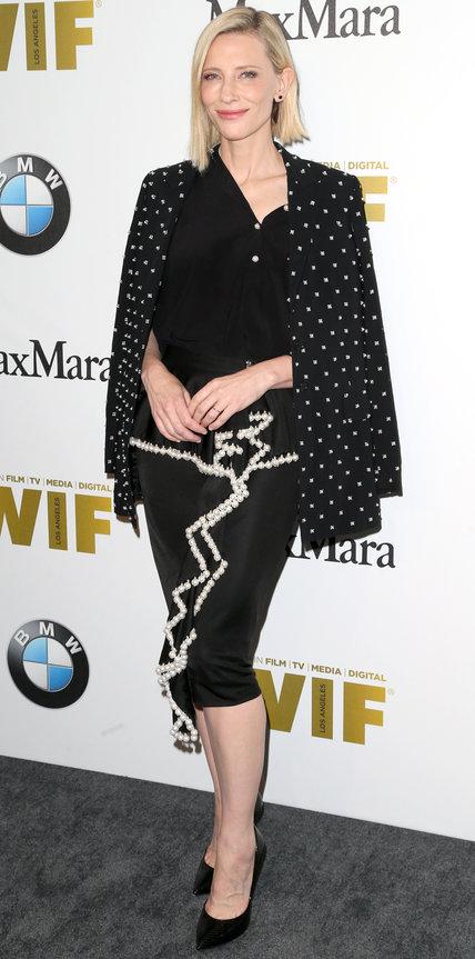 Кейт Бланшетт в черной блузе, юбке карандаш и пиджаке