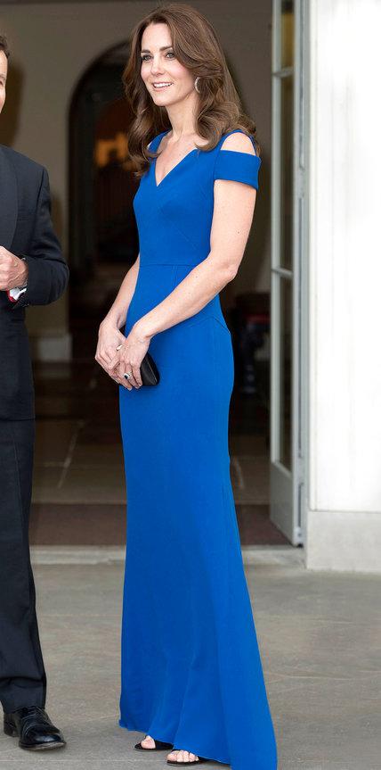 Кейт Миддлтон в синем длинном платье в пол с вырезами на плечах от Roland Mouret