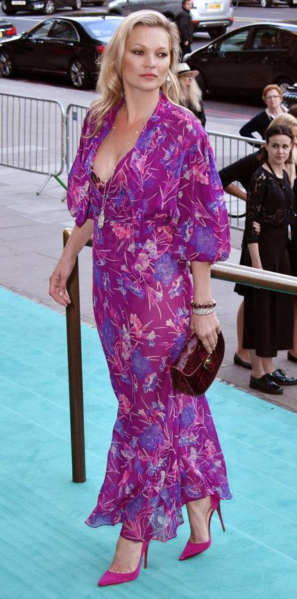 Кейт Мосс в фиолетовом платье с цветами