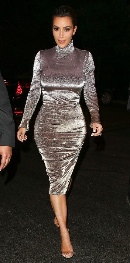 Ким Кардашьян в обтягивающем серибристом платье и сандалиях