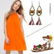 Лук с оранжевым платьем, сандалиями и серьгами в этническом стиле