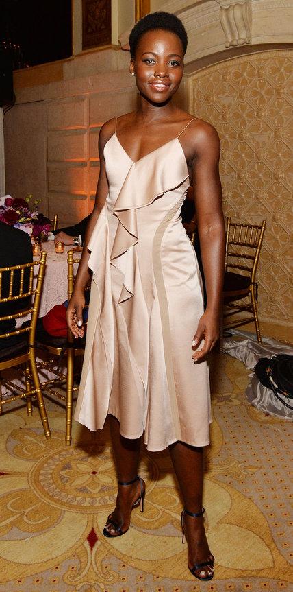Люпита Нионго в красивом атласном платье