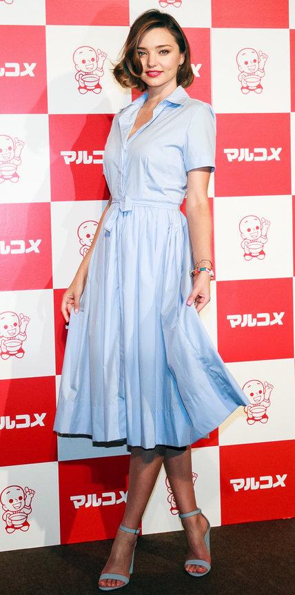 Миранда Керр в нежном платье-рубашка