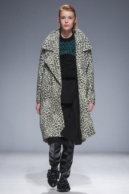 Модель в бело черном пальто с леопардовым принтом от Anouki - модные пальто осень 2016, зима 2017