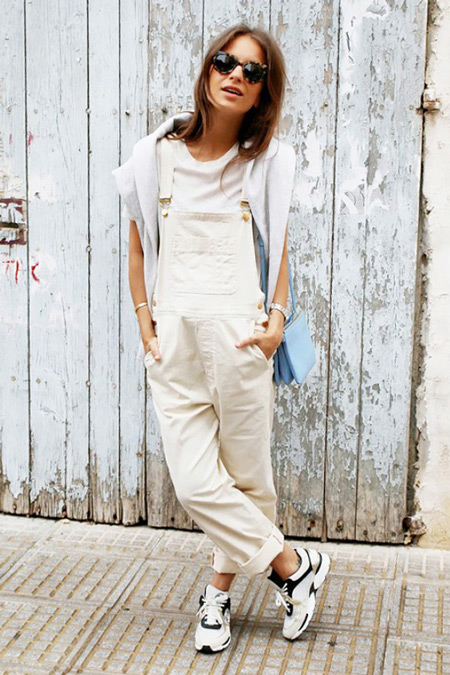 Модель в белом комбинезоне, футболке и черно-белых кроссовках