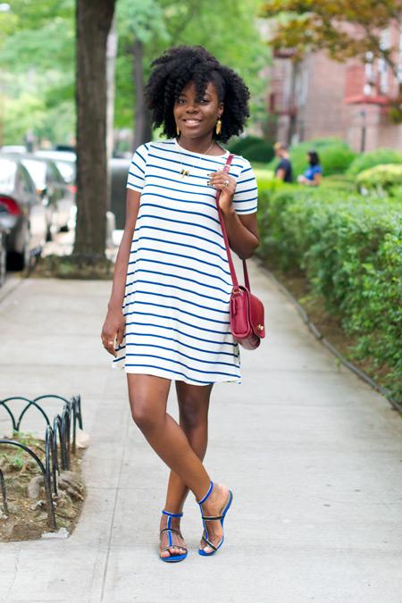 Модель в белом палтье в горизонтальную полоску, синии сандалии