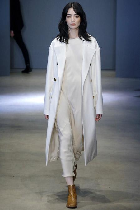 Модель в белом пальто Ниже колен от Tibi - модные пальто осень 2016, зима 2017