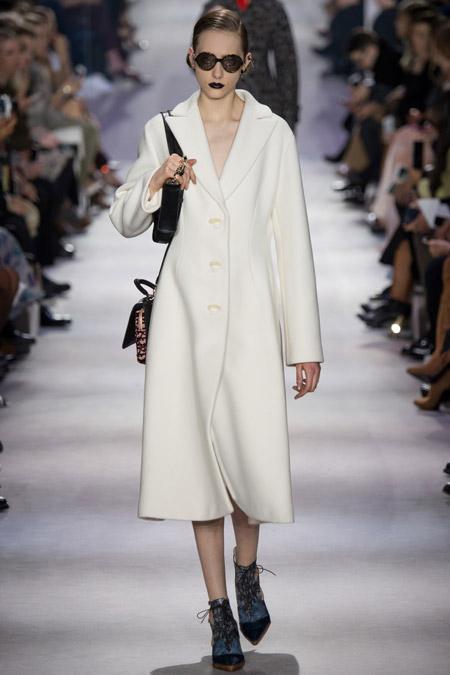 Модель в белом пальто ниже колен от Christian Dior - модные пальто осень 2016, зима 2017