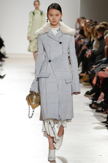 Модель в белом пальто ниже колен с ассиметричном застежкой от Proenza Schouler - модные пальто осень 2016, зима 2017