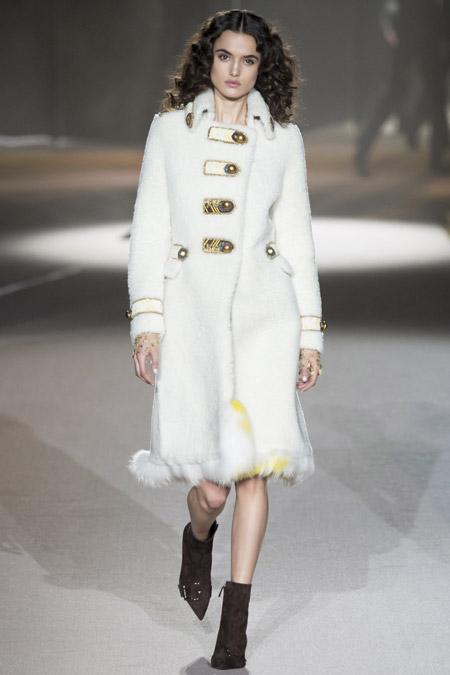 Модель в белом пальто от Ermanno Scervino - модные пальто осень 2016, зима 2017