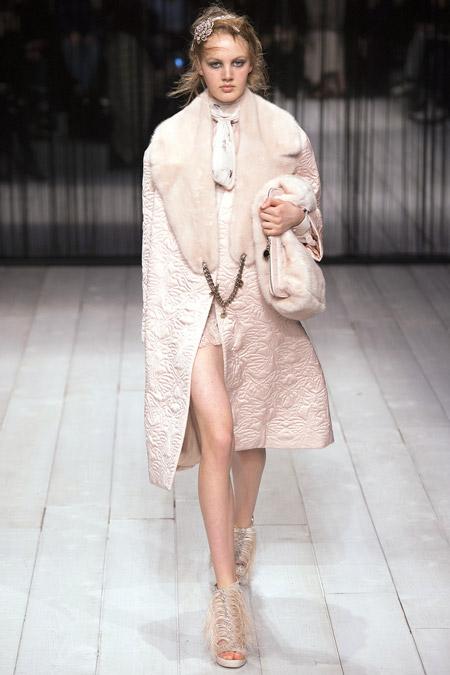Модель в белом пальто с меховым воротником ниже колен от Alexander McQueen - модные пальто осень 2016, зима 2017