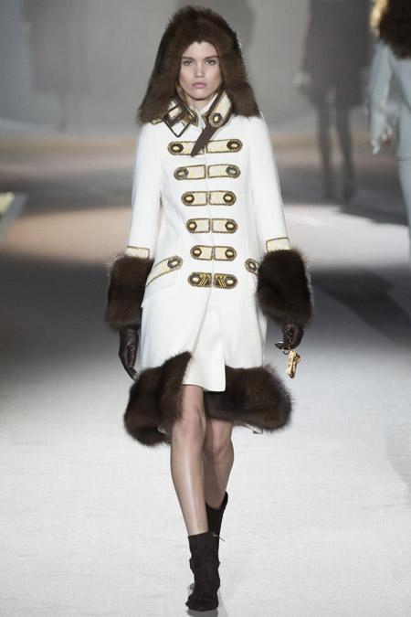 Модель в белом пальто с меховыми манжетами и подолом от Ermanno Scervino - модные пальто осень 2016, зима 2017