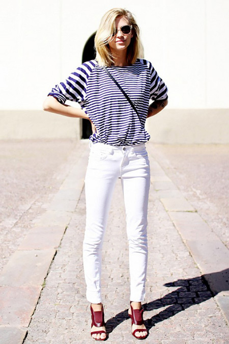 Модель в белых джинсах, тельняшка и бордовые босоножки