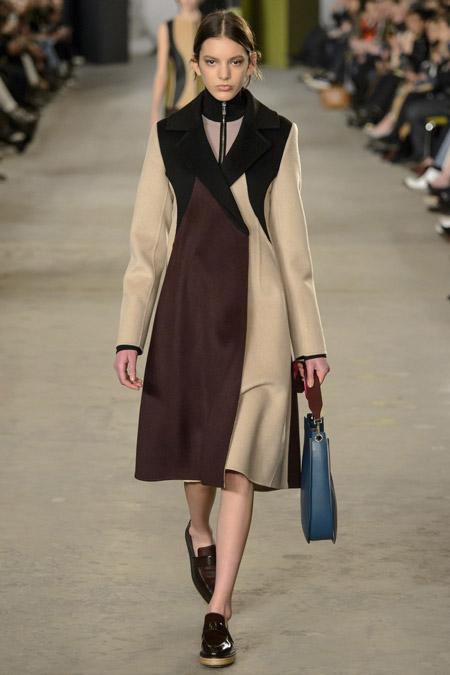Модель в бежево коричневом пальто ниже колен от BOSS Hugo Boss - модные пальто осень 2016, зима 2017