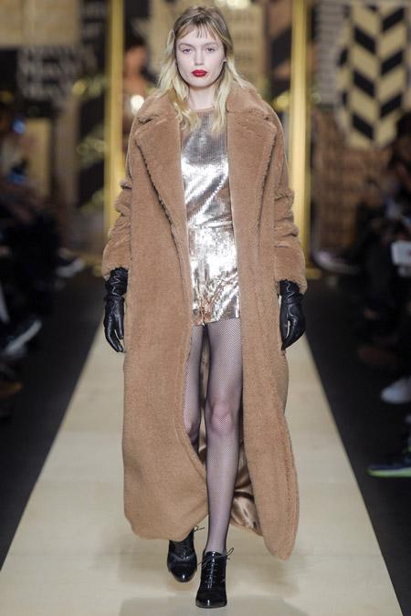 Модель в бежевом длином пальто от Max Mara - модные пальто осень 2016, зима 2017