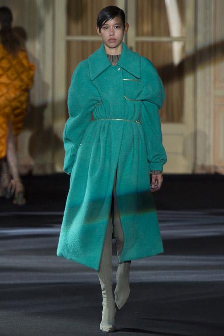 Модель в бирюзовом пальто ниже колен от Acne Studios - модные пальто осень 2016, зима 2017