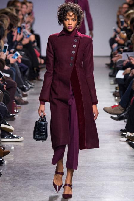 Модель в бордовом пальто ниже колен от Zac Posen - модные пальто осень 2016, зима 2017