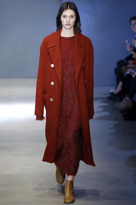 Модель в бордовом пальто прямого кроя от Tibi - модные пальто осень 2016, зима 2017