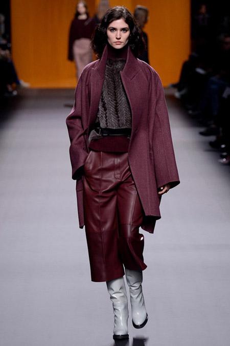 Модель в бордовом пальто выше колен от Hermes - модные пальто осень 2016, зима 2017