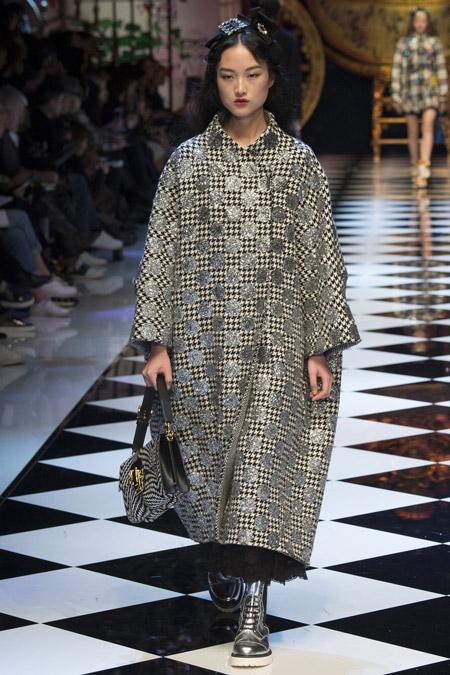 Модель в черно-белом пальто в гусинную лапку от Dolce & Gabbana - модные пальто осень 2016, зима 2017
